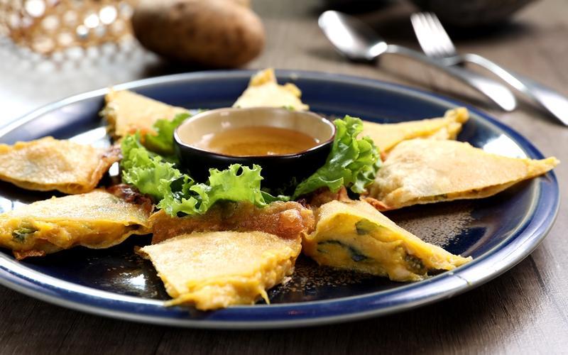 酥脆的「月亮南瓜餅」沒有蝦肉,以馬玲薯、有機南瓜加進椰奶做餡,蘸梅子醬吃,香甜又飽足。