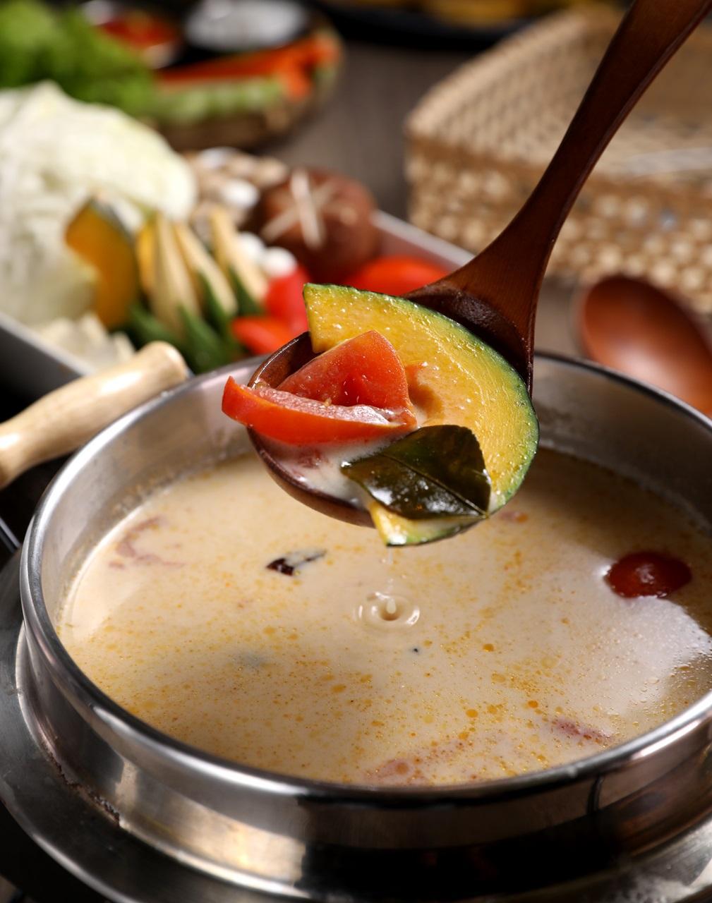 「泰式椰香煲湯」是大量的椰奶與當季時蔬慢火燉煮,辛香料增添了酸辣度。(180元/份)