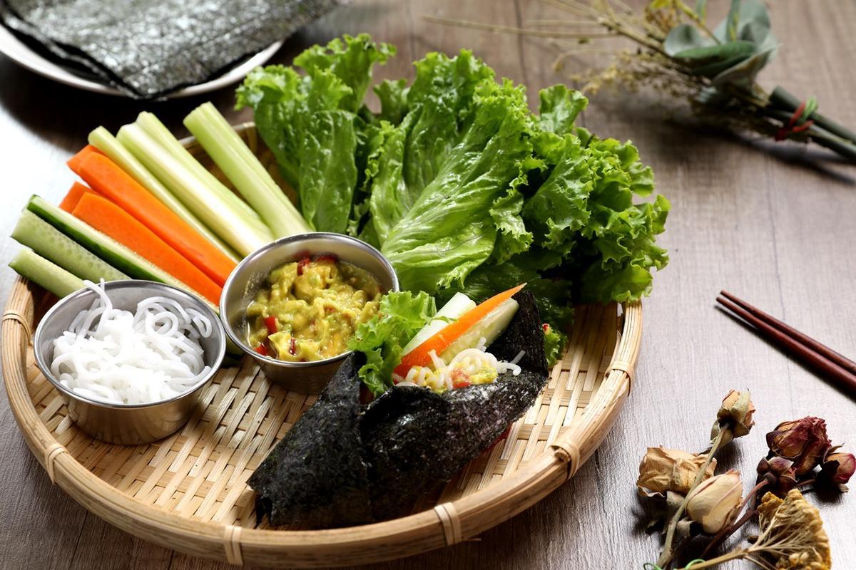 「泰式酪梨海苔卷」夾進蔬菜棒、米線,特製酪梨醬十分夠味。(220元/份)