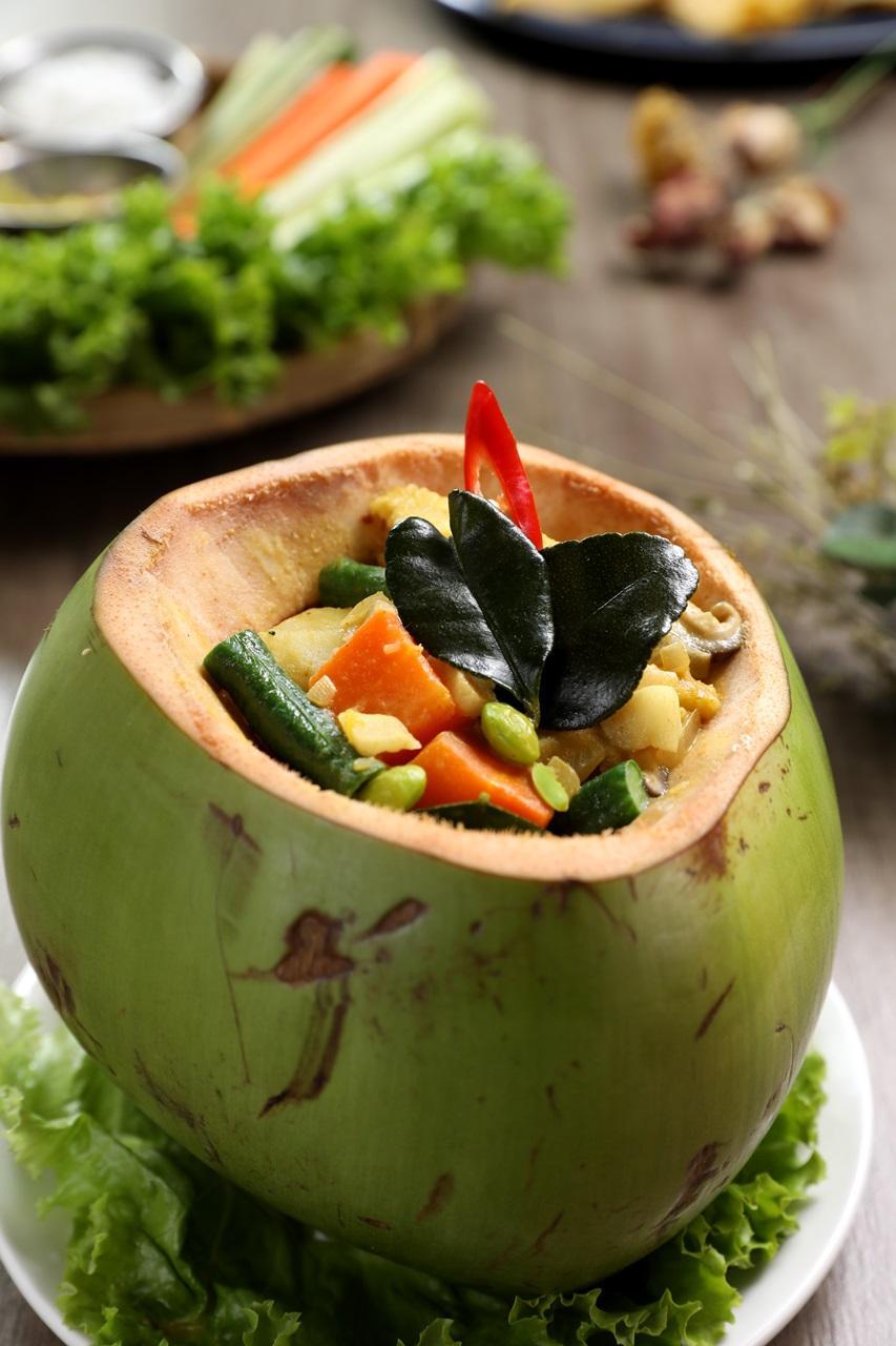 每天限量6份的「椰香黃咖哩」,全素無蔥蒜,裝進椰子殼裡上桌,時蔬、水果與香濃咖哩醬勾人食慾。(360元/份)