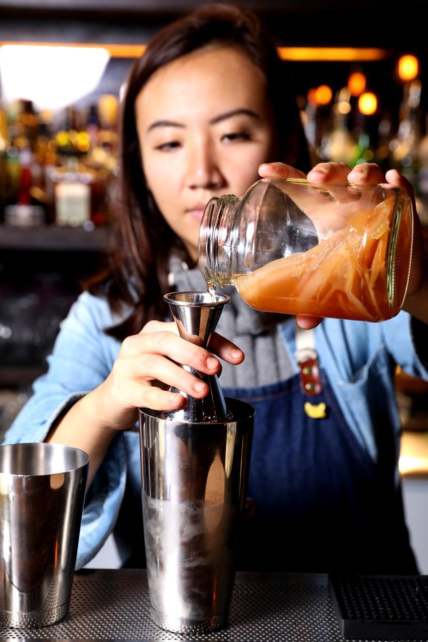 張雅倫手上這罐是自己祕製發酵的「康普茶」,加進調酒中增添有別於水果的酸度層次。