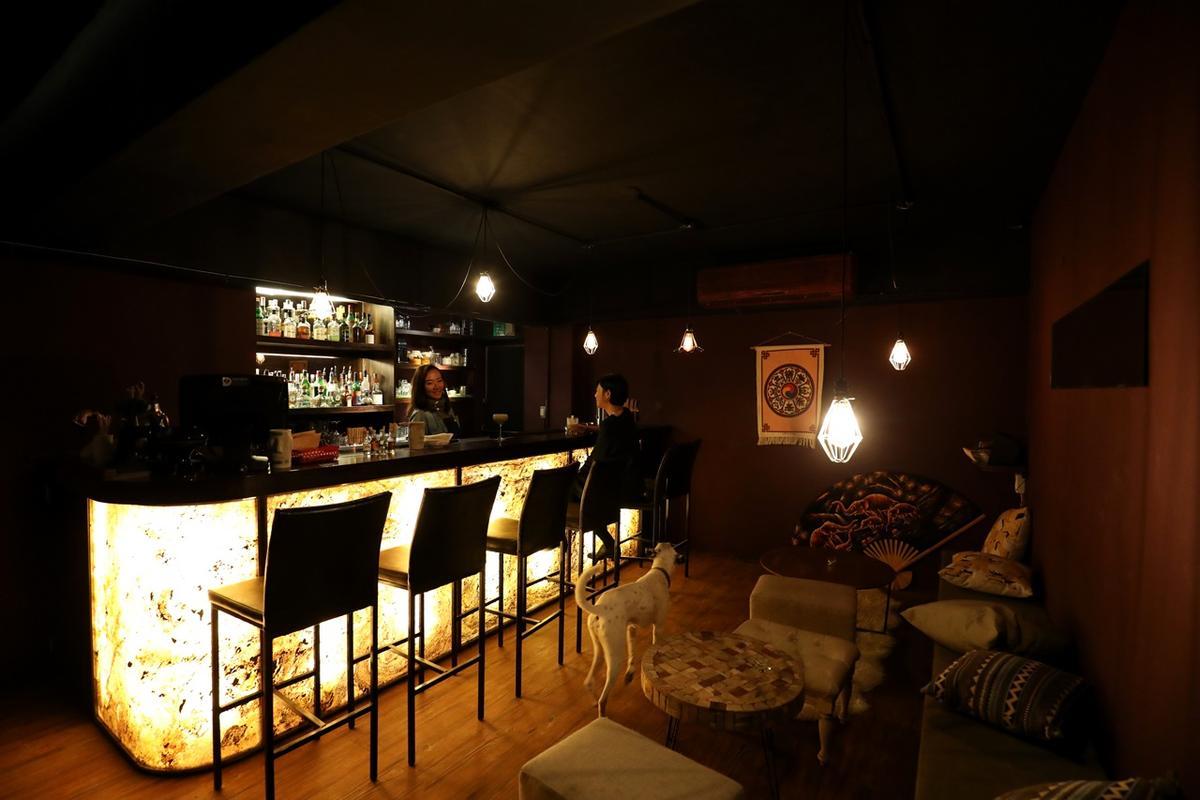 愛喝酒的張雅倫在餐廳樓下有個小酒吧的空間。