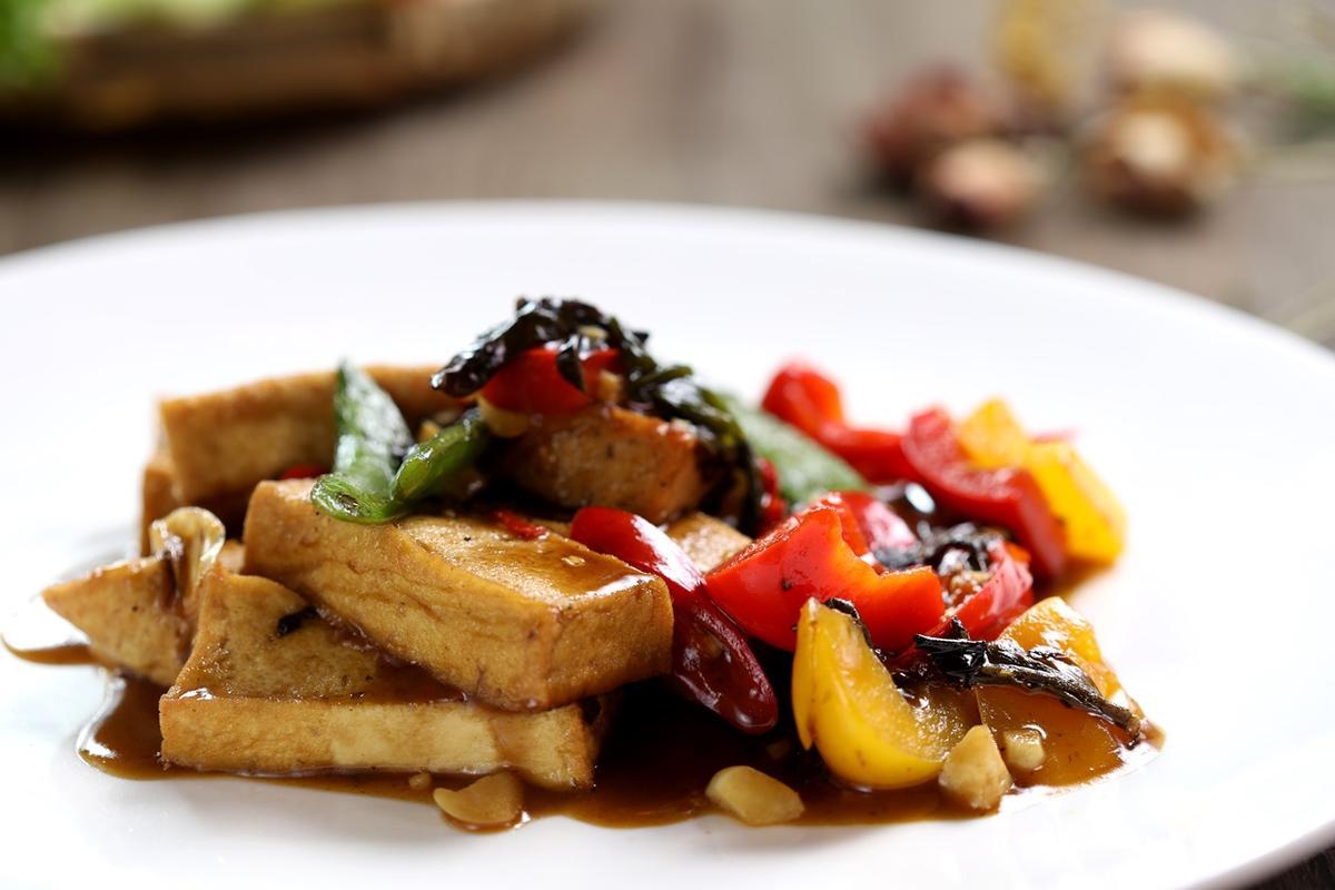「雲南密製茶豆腐」加入了發酵雲南餅茶一起與素蠔油、板豆腐爆炒,有淡淡茶香。(160元/份)