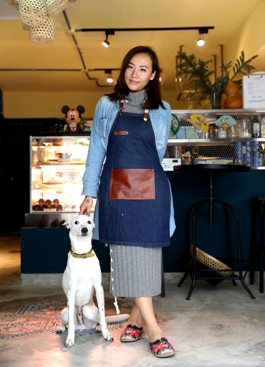 外型亮眼的店主張雅倫與愛犬,這隻狗狗也吃素,溫馴的不得了。