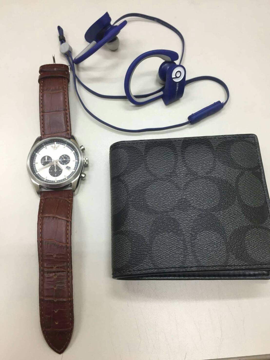 警方懷疑名牌皮夾以及藍芽耳機手錶,疑似也是竊取來的贓物。