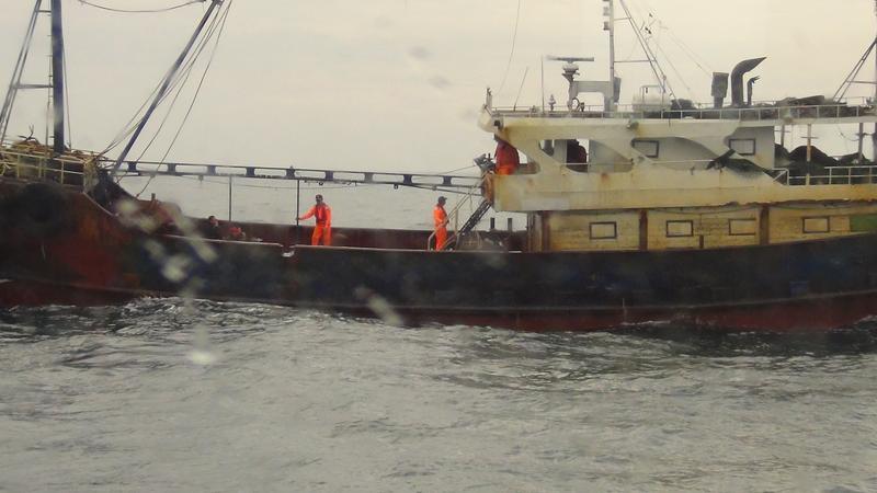 大陸漁船遭我國海巡逮獲,海巡隊在船上檢查。