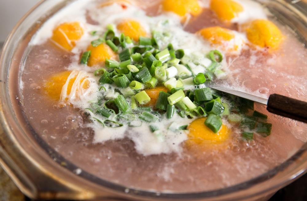 樹番茄汆燙過以後可快速去皮,加入魚湯內熬煮,微酸甜的滋味可去腥。