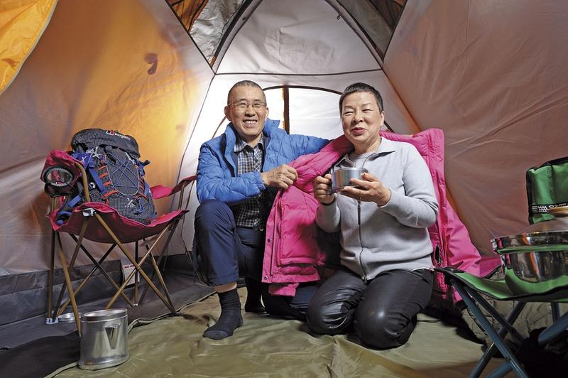 李雲霓(右)與方顯裕(左)夫妻聯手,一人主攻、一人防守,從羽絨相關產品起家,擴張至帳篷、登山包、露營等戶外休閒周邊產品。