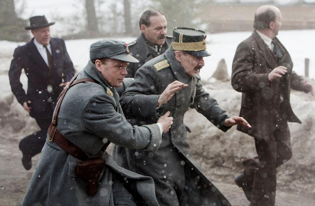 《國王的抉擇》以希特勒突襲歐洲的歷史為背景,輔以許多紀錄片般的攝影手法,拍出戰爭的衝突與犧牲。(車庫娛樂)