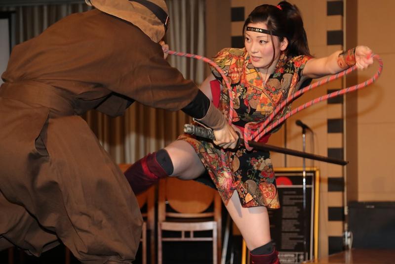 日本開辦忍者學院,記者會上女忍者表演忍術制敵。(東方IC)
