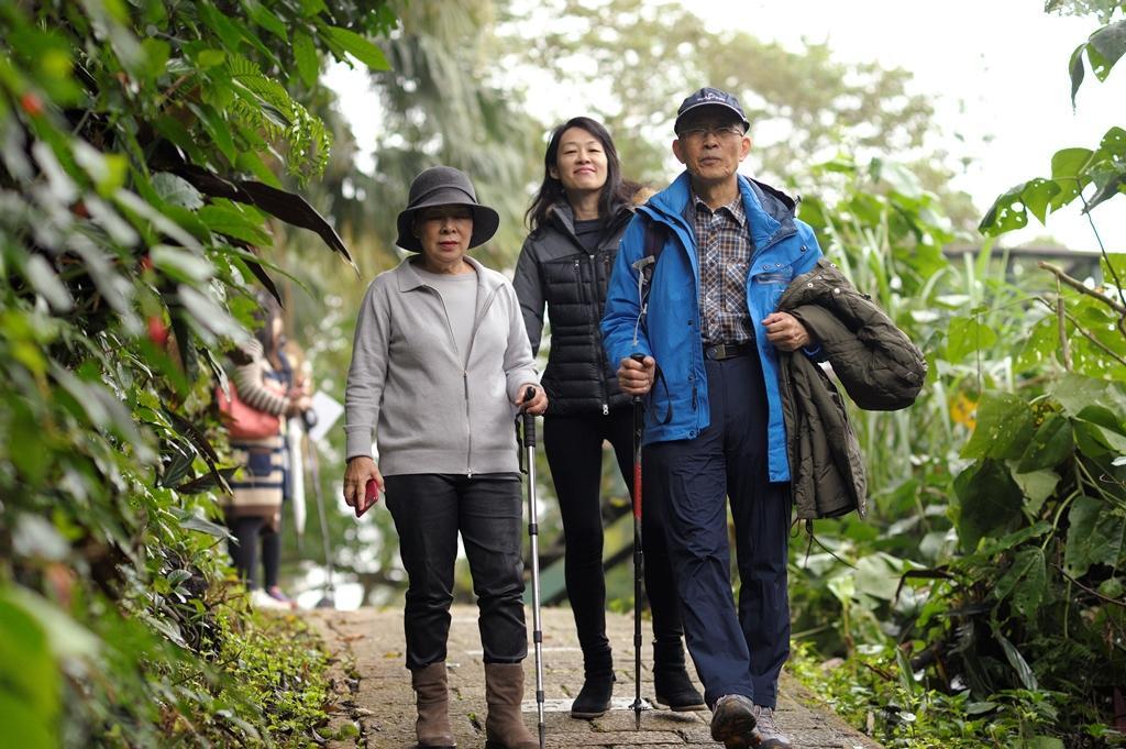 女兒方寶惠(中)假日時會陪父母運動爬山,親近大自然。