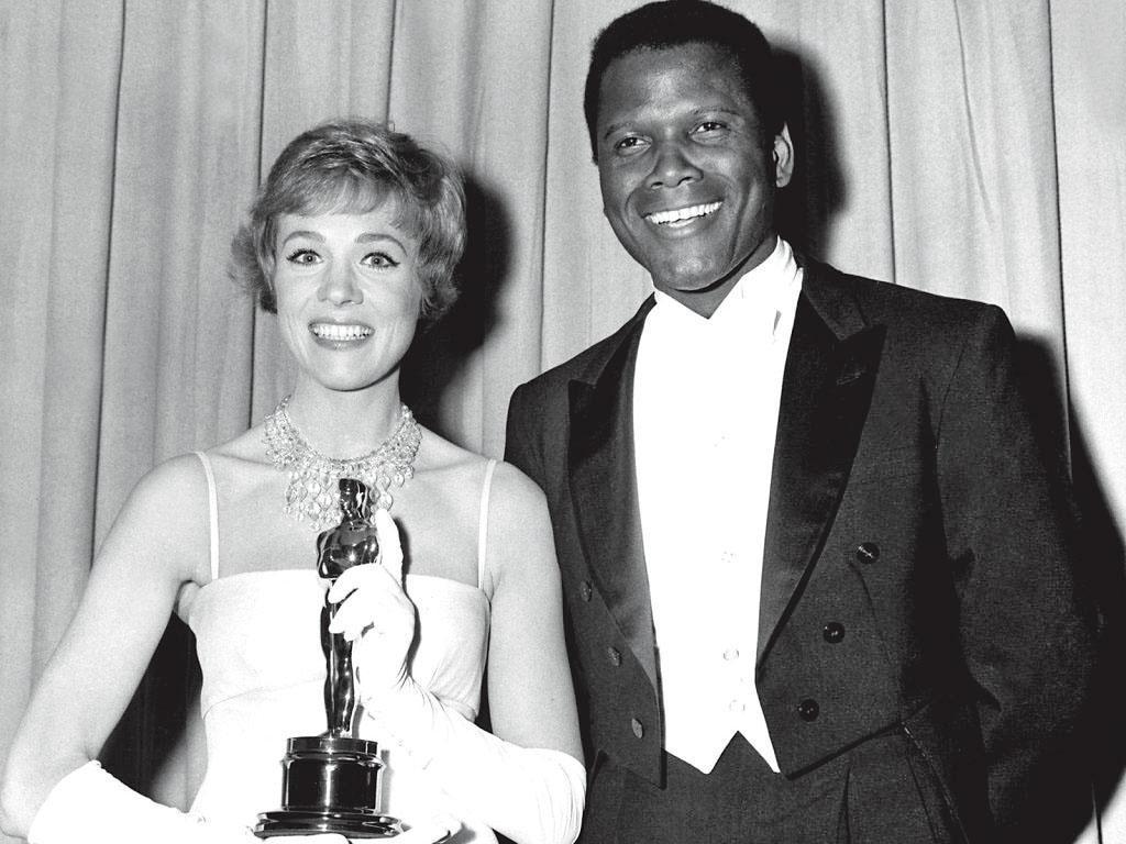 29歲首演電影《歡樂滿人間》獲奧斯卡影后。