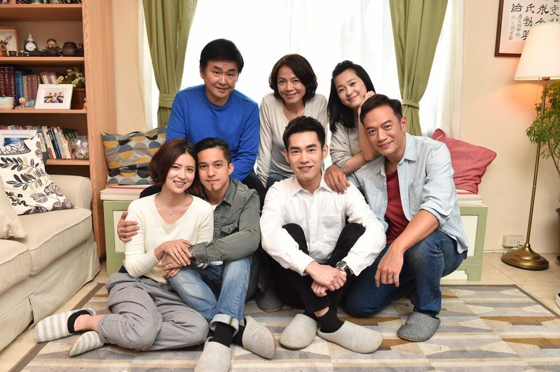 家庭劇《酸甜之味》演員張翰(前至後、右至左)、張書豪、黃遠、林予晞、六月、柯淑勤、賀一航在劇中都施展演技。
