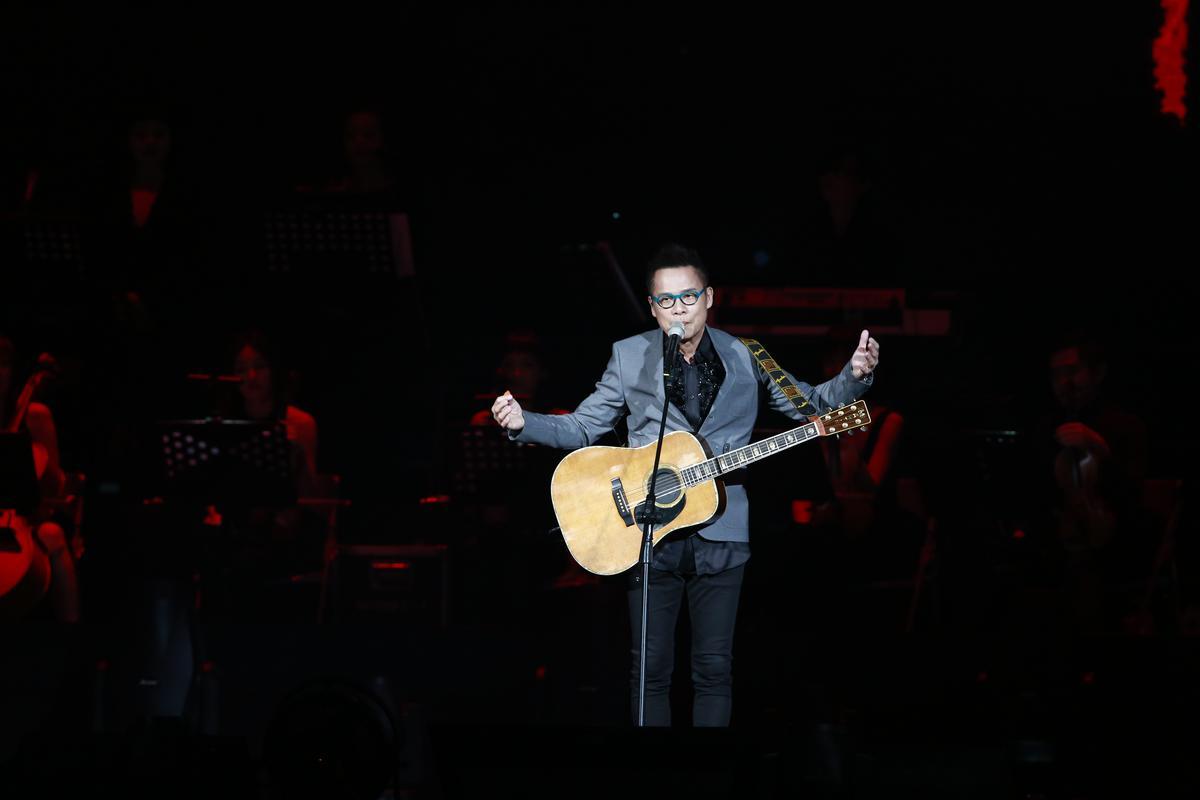 羅大佑上台演唱〈戀曲1990〉。