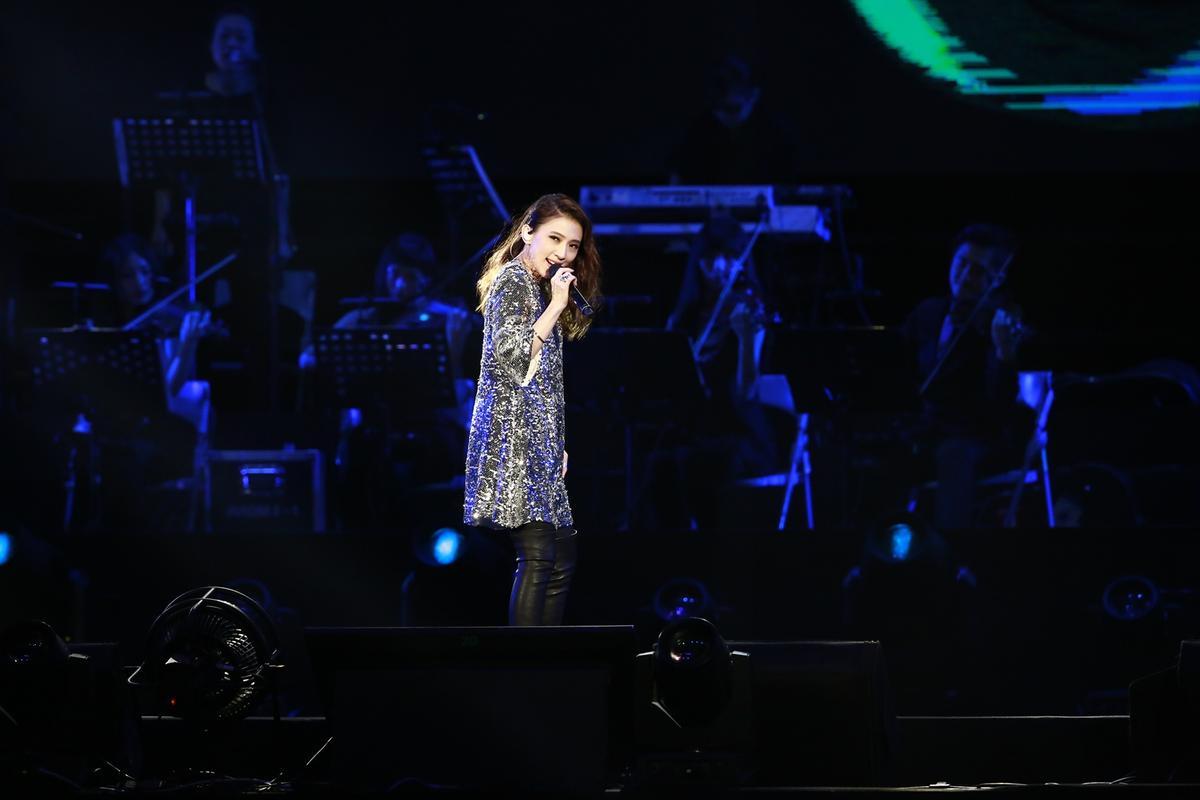 戴佩妮演唱包括〈青春舞曲〉等歌曲。