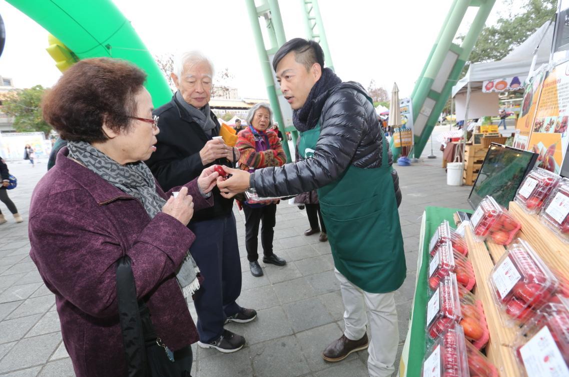 為了提高樹番茄的接受度,莊明諺將不好看的次級品做成微甜的果醬、果汁和蜜餞,也拉抬了回購率。