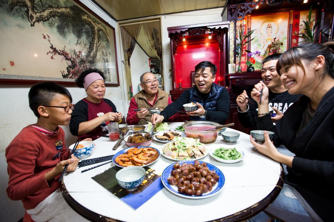 能和家人一起吃一餐團圓飯,是莊明諺(右三)出獄後最珍惜的事情。
