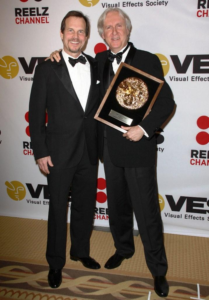 比爾派斯頓本是幕後工作人員,受到導演詹姆斯卡麥隆(右)提拔,才到目前演戲,兩人也結為莫逆。