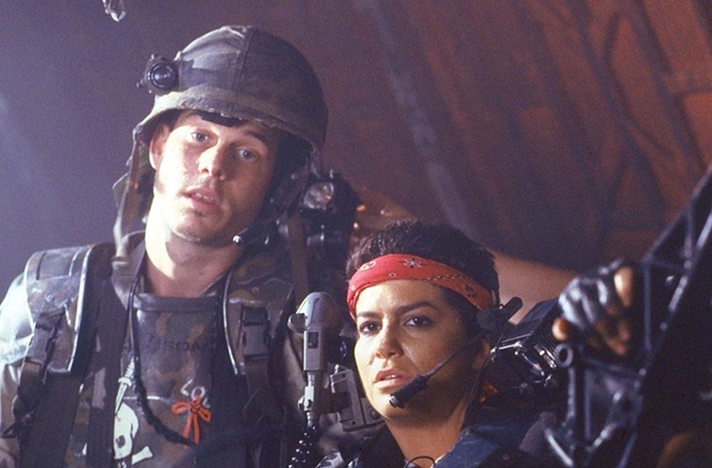 比爾派斯頓(左)在《異型第二集》飾演痞痞的哈德遜。