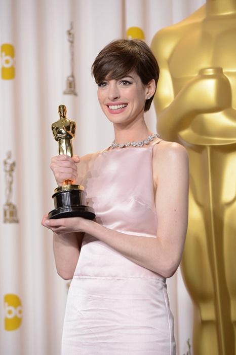 安海瑟薇在2013年打算穿范倫鐵諾,但發現顏色有撞衫之嫌,緊急換穿Prada。
