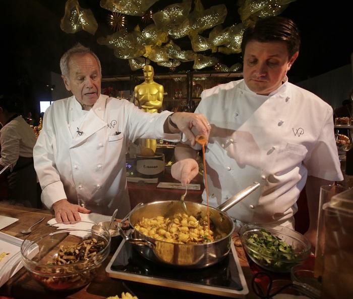 連續23年擔任官方晚宴主廚的沃夫岡帕克(左)。