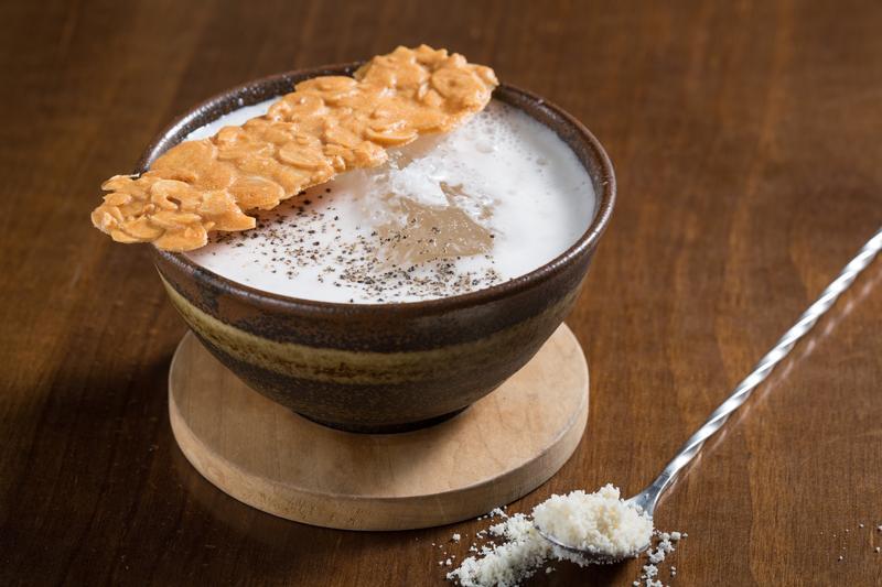 「法國干邑杏仁茶」使用南杏粉、米飯熬煮的杏仁漿混合西方干邑,酒體中的沙沙口感是最令人驚喜。(320元/杯)