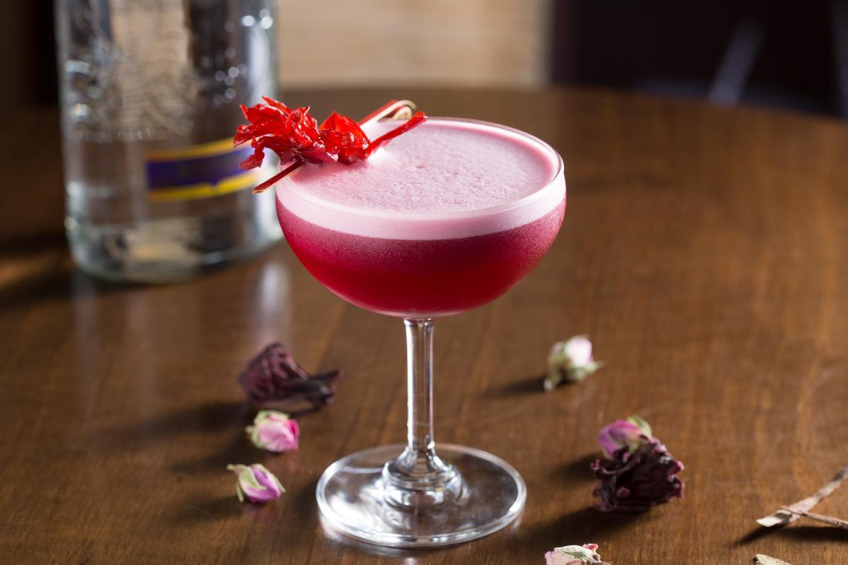 「口蜜腹餞的洛女子」取乾燥洛神花、乾燥玫瑰自製糖漿,勾勒出粉色酒液。(280元/杯)