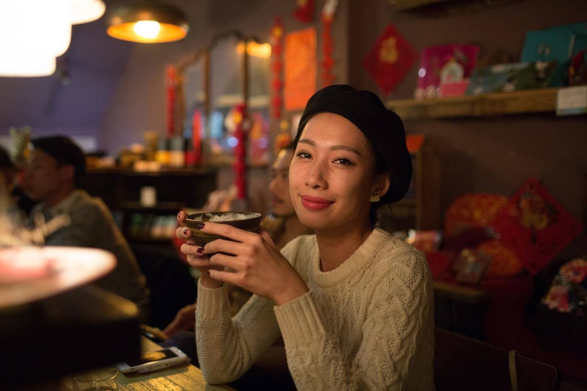 顧客黃小姐試了「法國干邑杏仁茶」,相當喜歡杏仁茶入酒的創意。