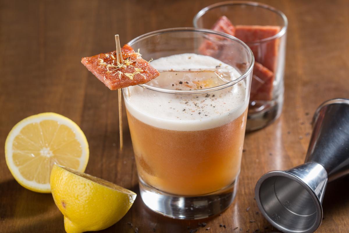 「波本豬肉乾的酸酸&甜甜」有吃有喝,泡過波本的豬肉乾不只是裝飾,還真的可以吃。(320元/杯)