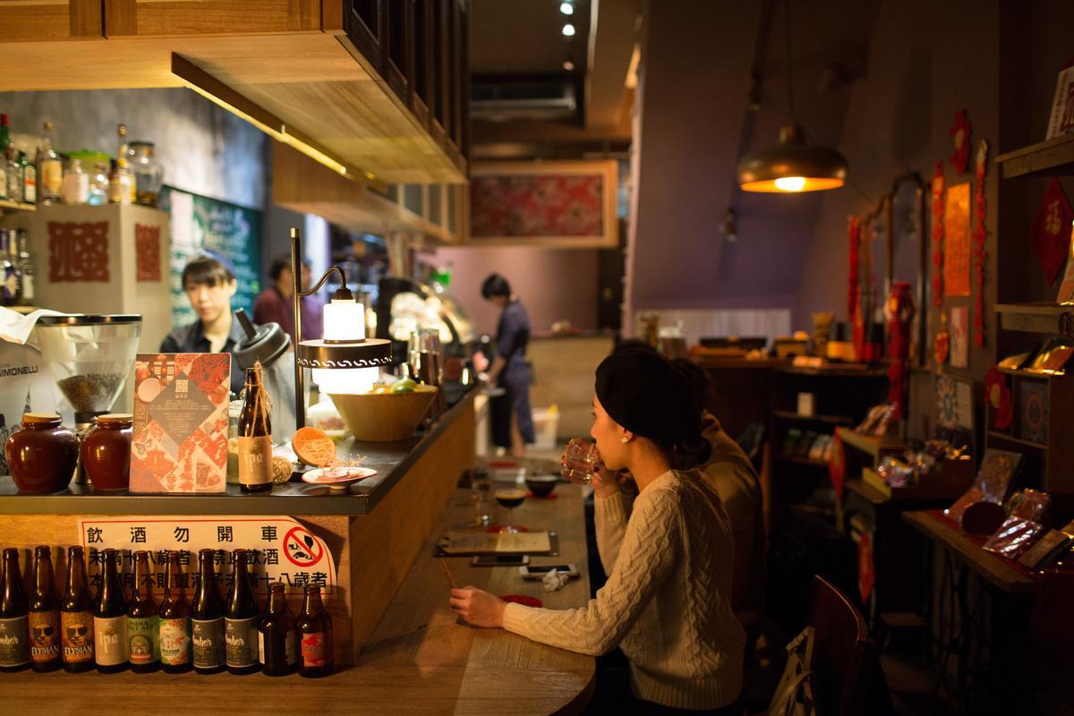 木質吧台配上燈光,讓「福來許小酒吧」散發溫暖、無距離之感。