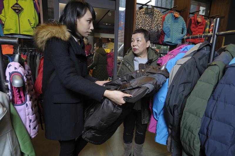 山頂鳥創辦人李雲霓(右)出社會的第一份工作是新娘化妝師,一個月可賺公務員的10倍薪水,但為了給女兒單純的生長環境,她棄高薪改在自己賣羽絨衣,意外闖出一片天。