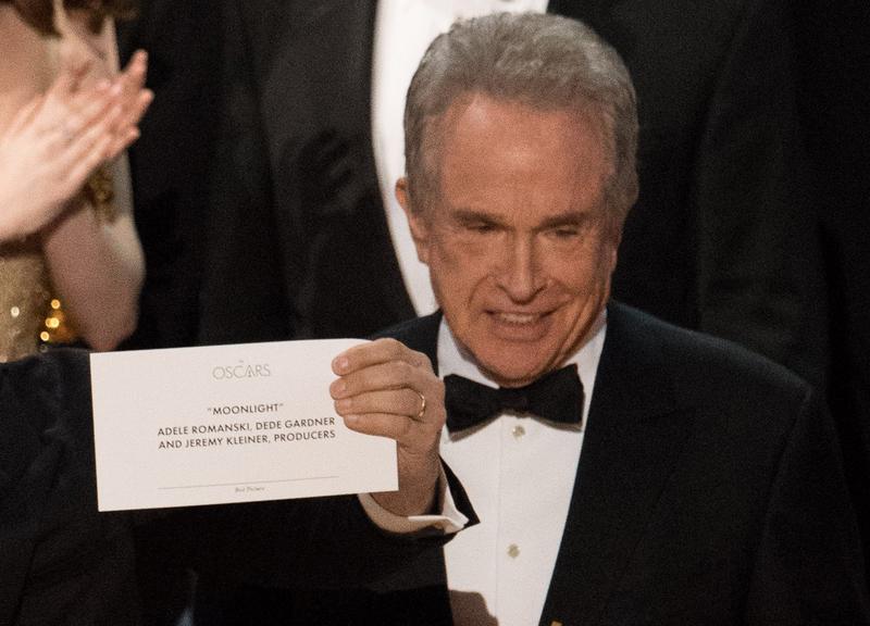 華倫比提頒發最佳影片,誤將《月光下的藍色男孩》頒成《樂來越愛你》,引發本屆奧斯卡最大鳥龍,他在台上臉露尷尬。(東方IC)