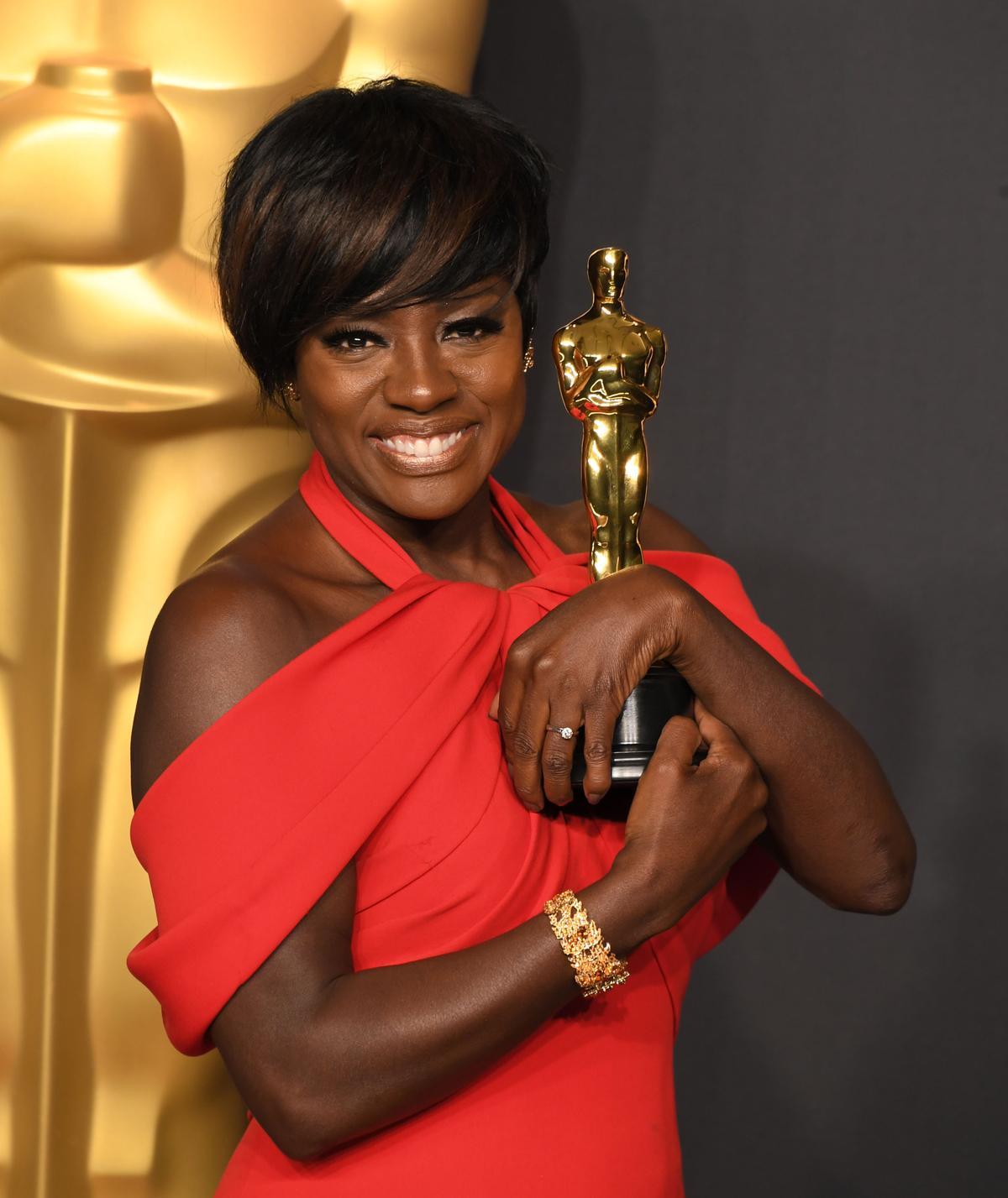 薇歐拉戴維斯成為史上第一個在奧斯卡、艾美獎、東尼獎都得到演技獎項的黑人女星。