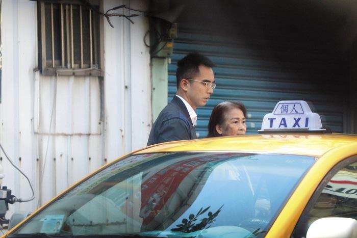 2月17日12:47,本刊在林家門前發現林志玲的哥哥帶著媽媽吳慈美回家,吳慈  美顯得更加蒼老、虛弱許多。據傳她最近經常性地進出台大醫院神經科。