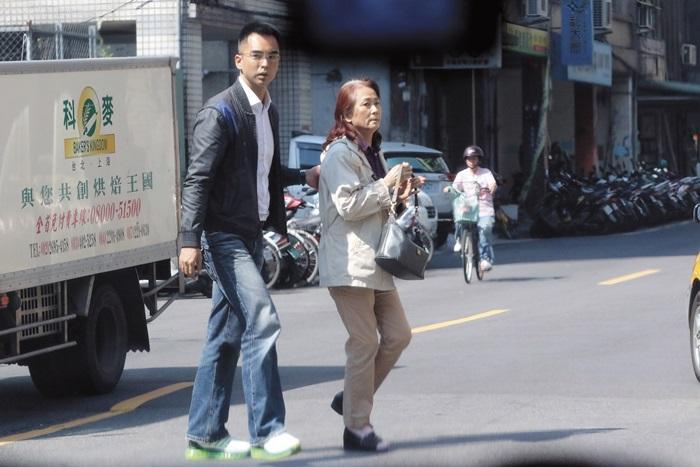 2月17日12:48,林志鴻攙扶著吳慈美過街,吳慈美的行動略為緩慢。
