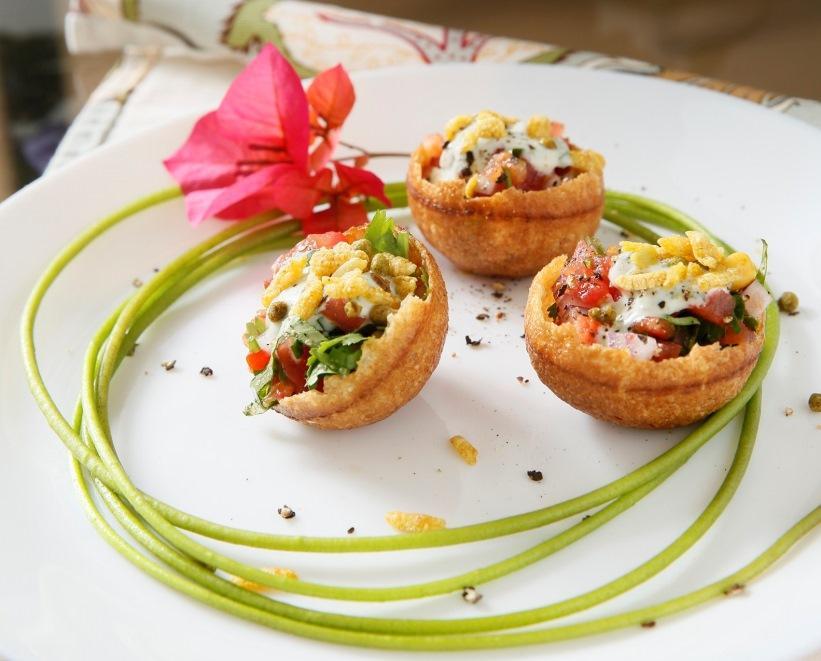 「印度式沙拉」結合印度點心圓球般的脆餅,敲破後再放入洋蔥、番茄,即是一道清爽開胃的前菜。