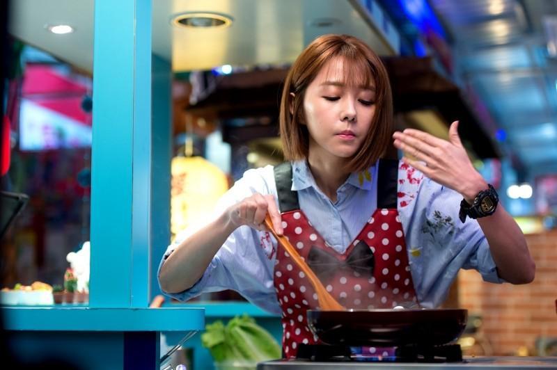 邵雨薇飾演夜市女王,做起料理有模有樣。