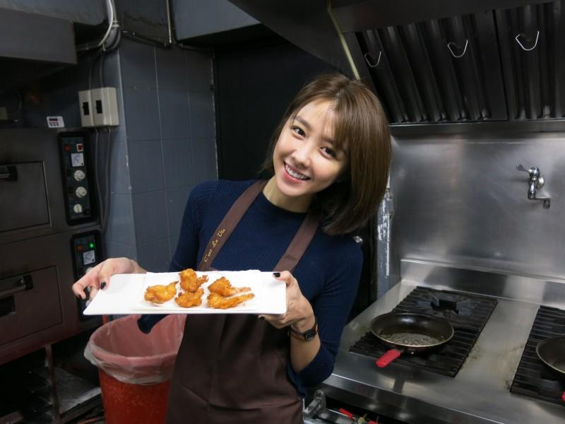 邵雨薇學下廚,被大廚誇有天份。