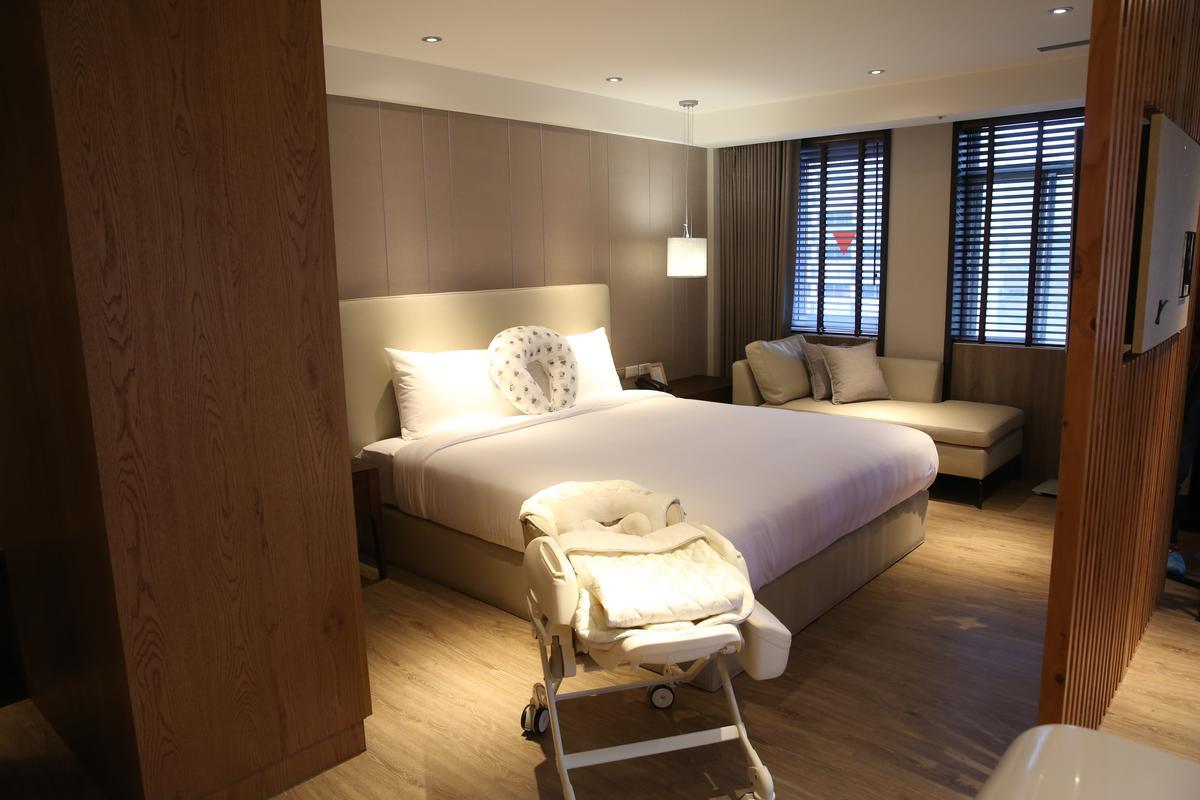 人之初產後護理之家位於嘉新大樓8樓,全層去年佔地400多坪,設置19間客房,每日平均住房價約8,800元左右。