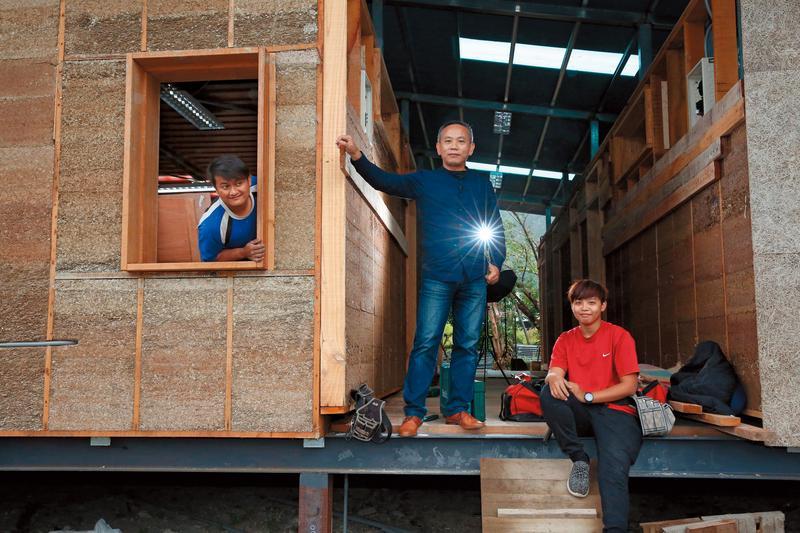 創辦書屋十多年,陳俊朗(中)現在也推動自力造屋,讓當地的大孩子能習得一技之長並有工作機會。圖中左、右2位大孩子正在學習蓋房子。