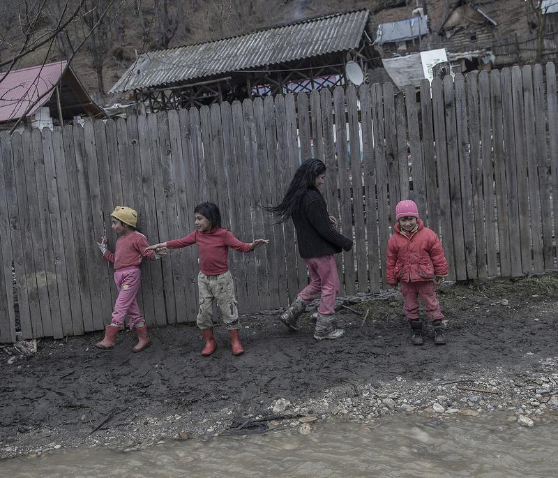 吉普賽(羅姆)人是歐洲最被汙名化、最受歧視的少數族群,圖為一群羅馬尼亞吉普賽孩童在髒兮兮的街道上玩耍。(東方IC)
