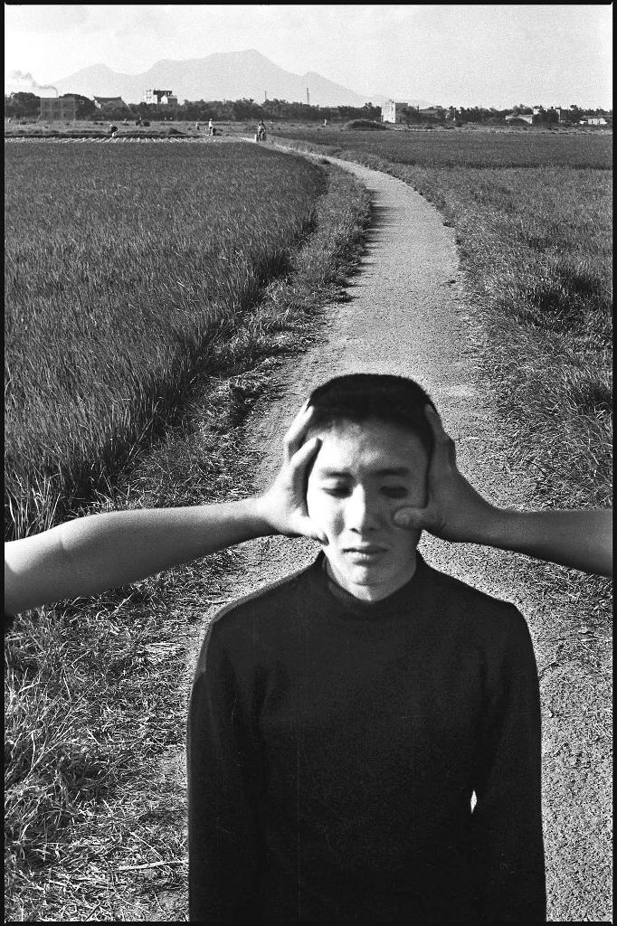 1964年攝於江子翠。張照堂喜歡拍具有荒謬感的景物,例如在高中同學黃永松臉上塗白粉,再請同學用手推他,營造出超現實感。(張照堂提供)