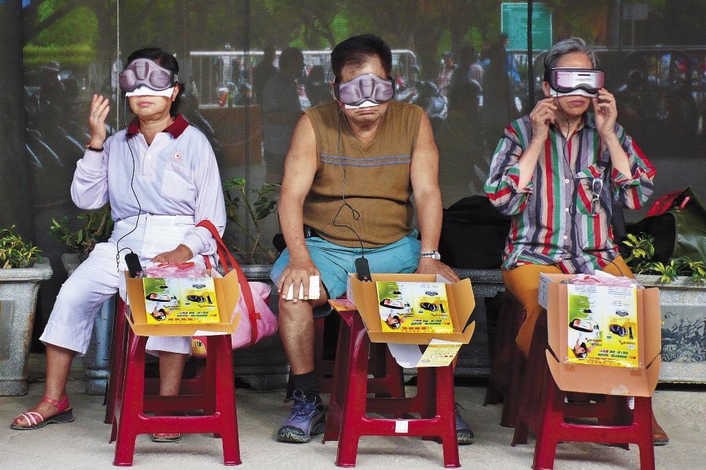2007年攝於福和橋下。民眾使用護眼器材的畫面,如今看來倒像是使用VR眼鏡。(張照堂提供)