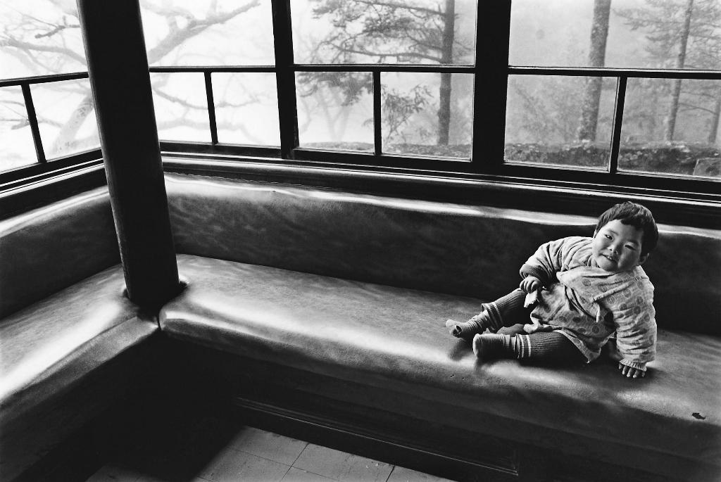 1978年於阿里山拍到的小男孩,景和霧和光都好,張照堂看見忍不住就拍了。他說這照片讓他想起自己的童年。(張照堂提供)