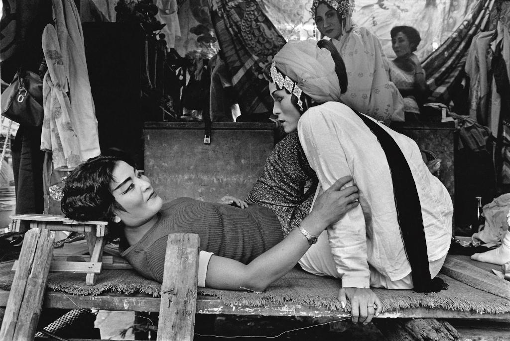 1974年攝於基隆。張照堂在戲班演員沒注意的情況下捕捉到此景,2人的互動自然真切。(張照堂提供)