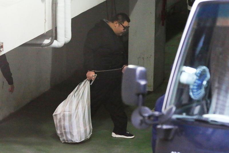 W飯店毒趴案被告土豪哥朱家龍今勒戒期滿,遭裁定羈押禁見,仍回不了家,因他手太粗,法院只好用腳鐐代替手銬。