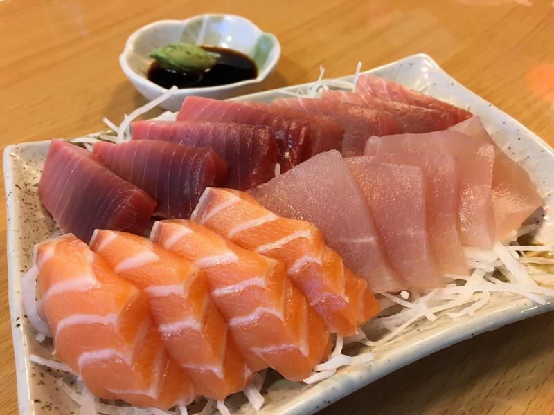 在華僑市場吃生魚片太過癮,新鮮美味又超值。