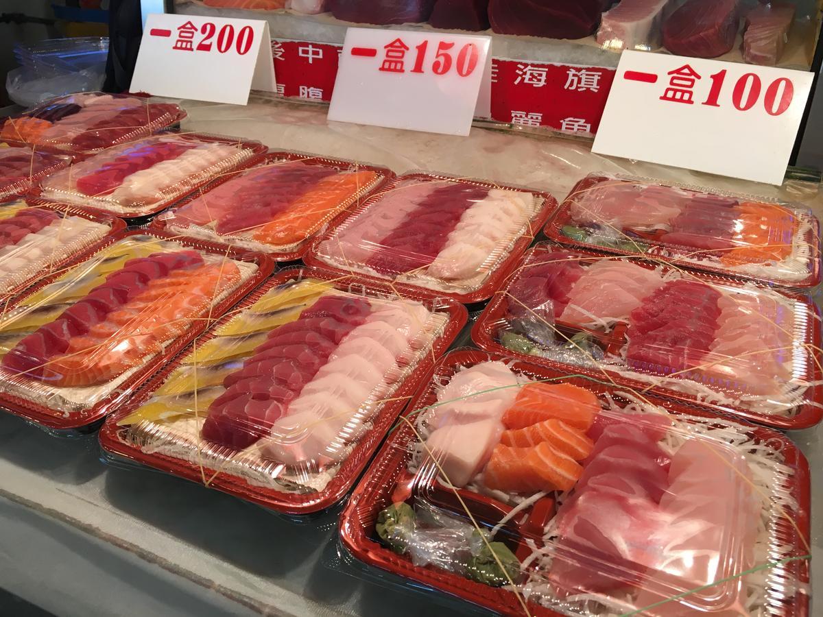 純賣外帶的攤位,價錢相對更便宜,一大盒綜合生魚片只要100元。