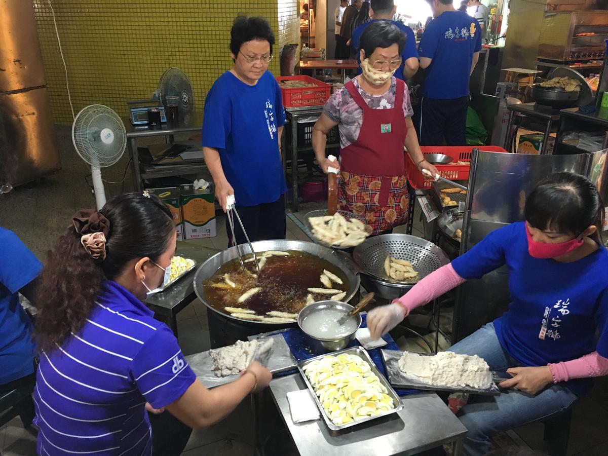現炸的「旗魚黑輪」,是用旗魚漿裹著水煮蛋,炸到金黃,滋味鮮甜酥香。(10元/支)