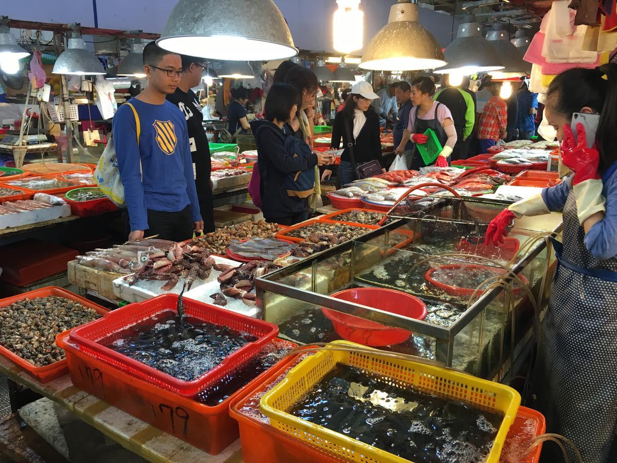 現買海鮮還能請熱炒攤代客料理,烹調費100元到200元不等。